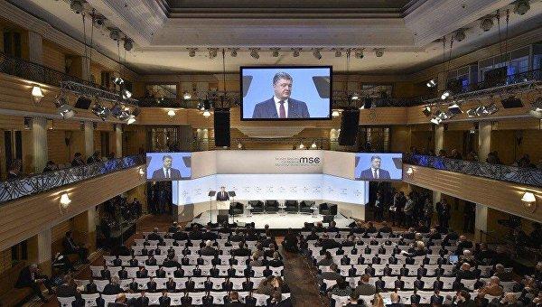 Петр Порошенко выступает перед полупустым залом во время Мюнхенской конференции