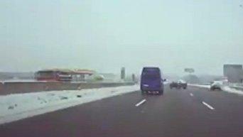 Момент столкновения микроавтобуса и Нивы на трассе Киев - Одесса