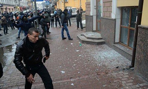 """Погром здания """"Сбербанка"""" в Киеве"""