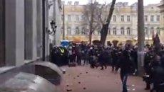Погром здания Сбербанка в Киеве. Видео