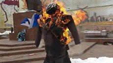 В Черновцах сторонники Михо сожгли чучело Порошенко
