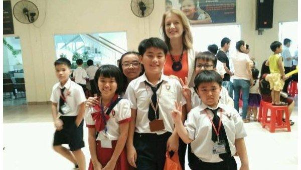 Елена Дегтяр со своими вьетнамскими учениками, которых обучает английскому языку