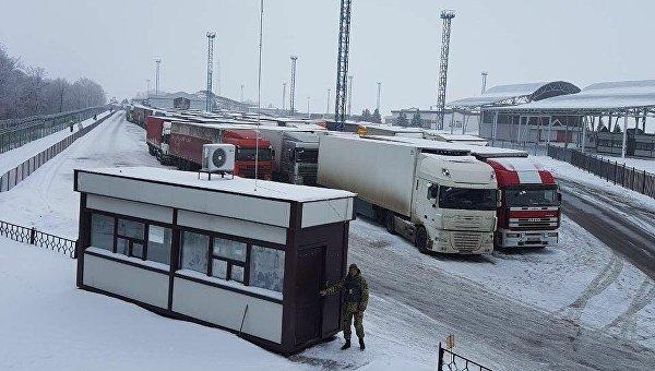 Очередь из грузовиков на КПП Гоптовка на украинско-российской границе