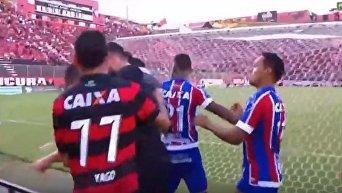 Драка игроков в матче чемпионата штата Баия (Бразилия)