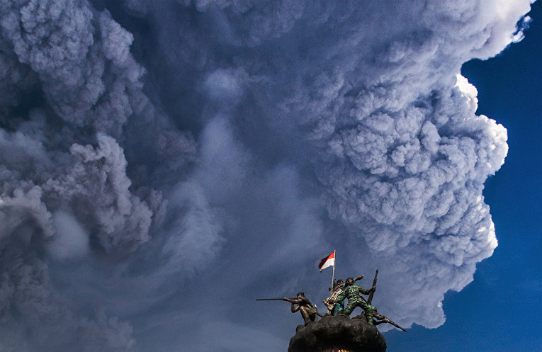 В Индонезии извергается вулкан Синабунг