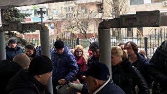 Допрос Порошенко. На входе в суд задержали активистку Femen. Видео