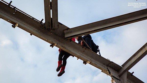 В Днепре полицейский уговорил женщину не прыгать с моста