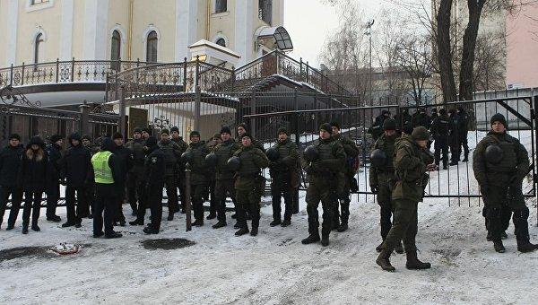 Охрана Соломенского райсуда Киева, где проходит заседание по делу об отстранении Геннадия Труханова от обязанностей мэра Одессы