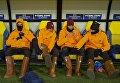 Игроки Ромы меряют кожаные валенки во время матч Лиги Чемпионов в Харькове