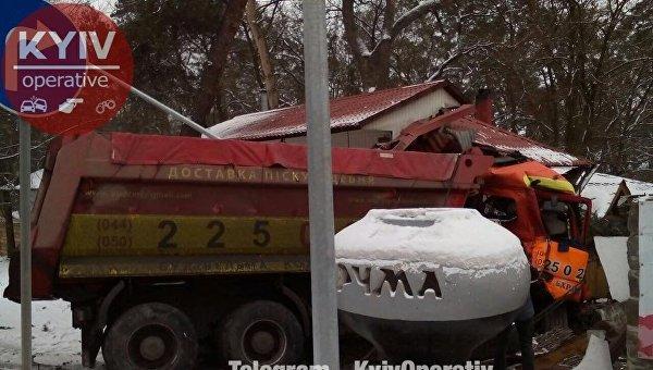 Грузовик на Гостомельском шоссе под Киевом врезался в придорожное кафе