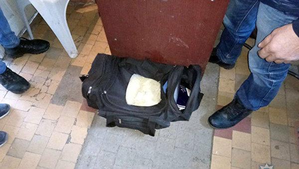 Мужчина упрятал взрывчатку вхлебе ипопытался вывезти ее вХарьков