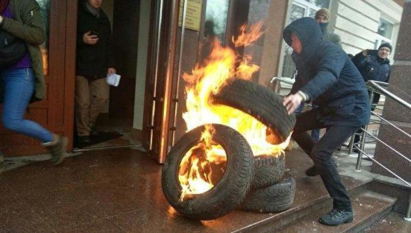 Активисты зажгли покрышки под зданием Шевченковского районного суда