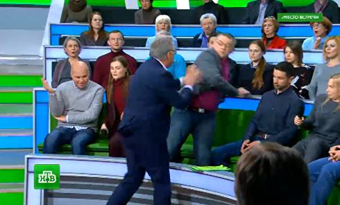 Ведущий в прямом эфире росТВ подрался с украинским экспертом. Видео