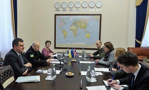 Секретарь СНБО Александр Турчинов и посол Великобритании в Украине Джудит Гоф
