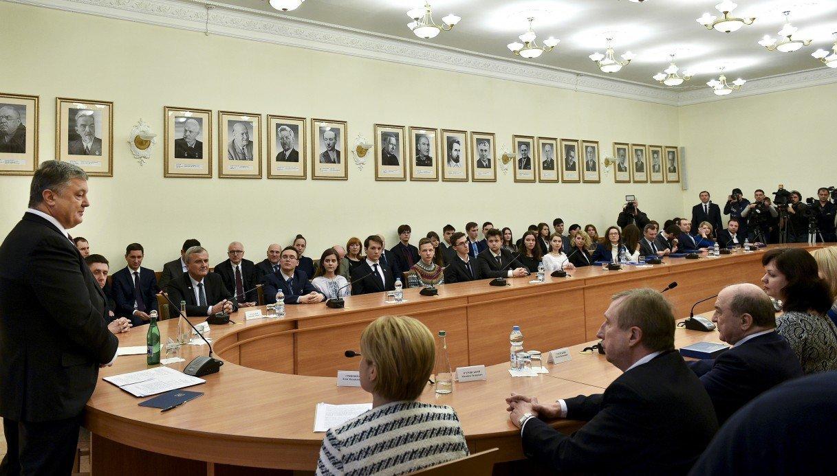 «Нужны условия, чтобы ученые непокидали Украину»— Порошенко