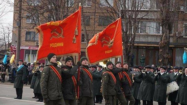 Бойцы Национальной гвардии Украины с красными флагами во время празднования дня освобождения Кривого Рога