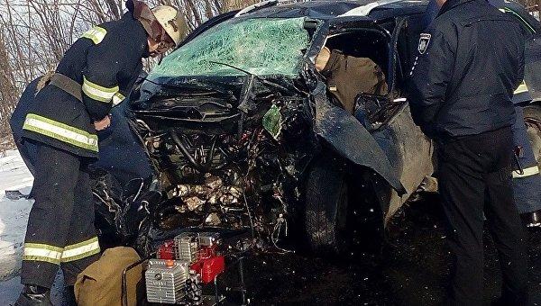 Под Черниговом авто с военным влетело в дерево