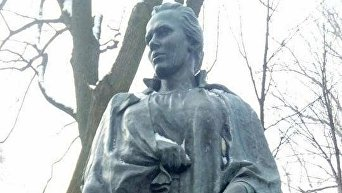 В Киеве осквернили могилу Леси Украины