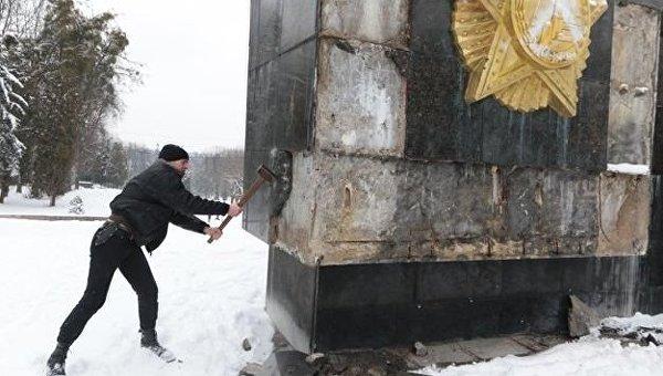 Во Львове повредили Монумент славы