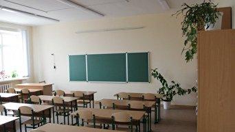 Пустые парты в школе. Архивное фото