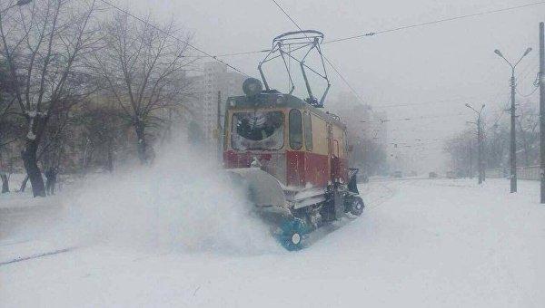 В Киеве чистят от снега трамвайные пути