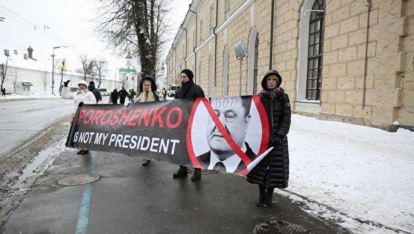 Сторонники Саакашвили ждут Петра Порошенко перед пресс-конференцией