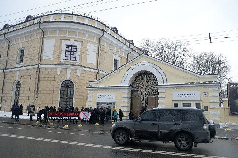 Митинг под  Мыстецьким Арсеналом перед пресс-конференцией президента Украина Петра Порошенко