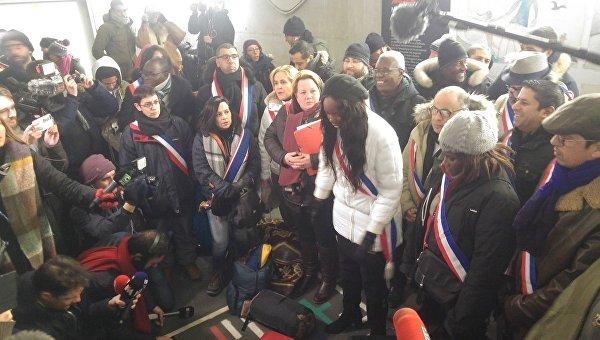 Во Франции 50 депутатов ночевали на улице, чтобы привлечь внимание к судьбе бездомных