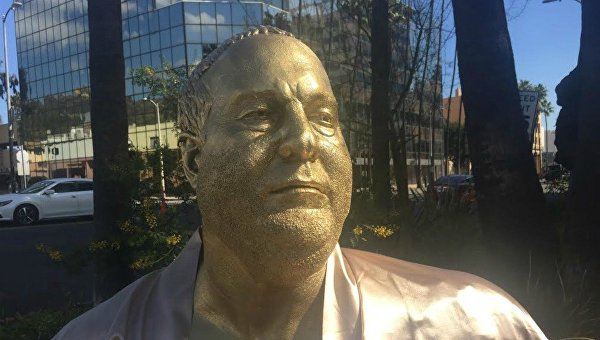 На диване ив халате: ВГолливуде установили статую Харви Вайнштейна новые фото