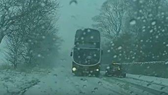 Шотландский дрифт. По гололеду автобус виртуозно обогнул встречную машину. Видео