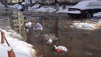 Потоки воды в Оболонском районе Киева после прорыва воды