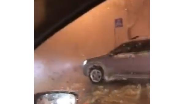 «Столичные гейзеры»: вКиеве снова прорвало трубу, шесть домов остались без тепла