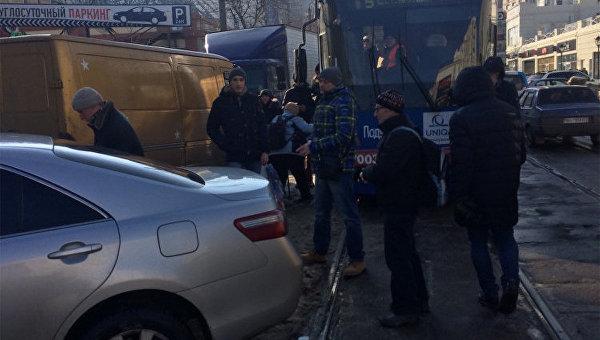 В Одессе люди на руках перенесли авто с трамвайных путей