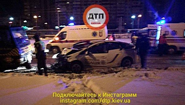 В результате аварии полицейского авто и эвакуатора в Киеве пострадали двое
