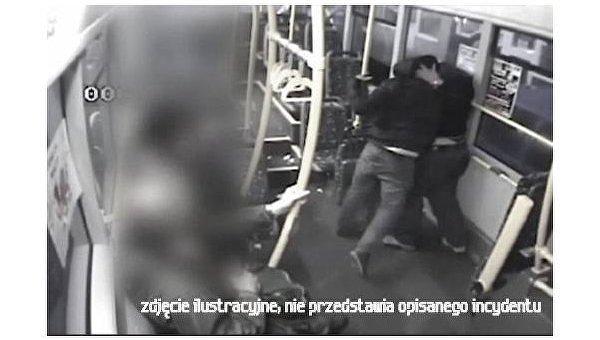 Момент избиения украинца в трамвае в Польше