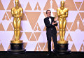 Актер Гэри Олдман позирует с Оскаром за лучшую мужскую роль в фильме Темные времена во время 90-й ежегодной премии Американской Киноакадемии