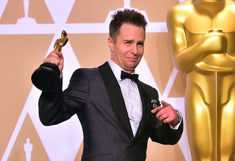 Актер Сэм Роквелл позирует с Оскаром за лучшую мужскую роль второго плана в фильме Три билборда на границе Эббинга, Миссури