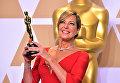 Актриса Аллисон Джанни позирует с Оскаром за лучшую актрису второго плана