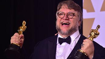 Режиссер Гильермо дель Торо позирует с двумя статуэтками Оскар в номинациях Лучший фильм и Лучший режиссер , фильм Форма воды, во время 90-й ежегодной премии  Американской Киноакадемии
