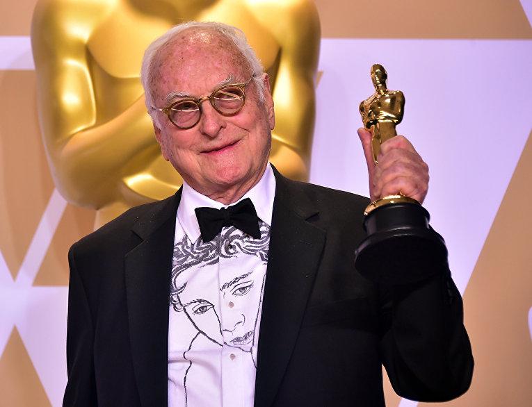 Писатель Джеймс Ивори позирует  с «Оскаром» за лучший адаптированный сценарий «Назови меня своим именем» во время 90-й ежегодной премии Американской Киноакадемии