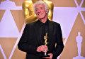 Роджер Дикинс позирует со статуэткой Оскар за лучшую операторскую работу в кинофильме Бегущий по лезвию 2049