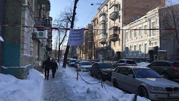 Снег и сосульки на крышах домов в Киеве