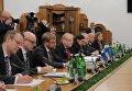 Vинистр обороны Швеции Петр Хультквист (в центре) во время встречи в Министерстве обороны Украины