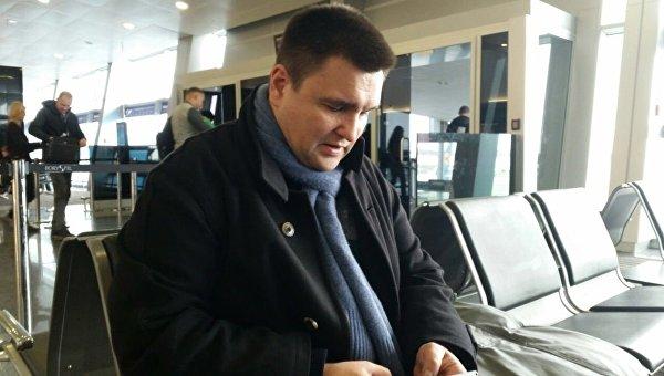Глава МИД Украины в зале ожидания в аэропорту