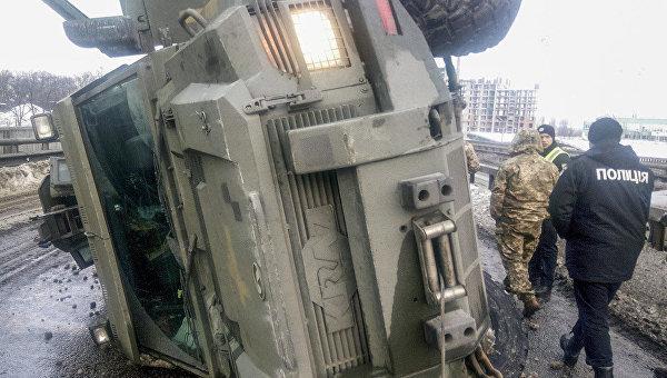 ДТП вКиеве: возле метро перевернулась бронемашина