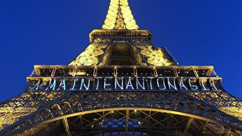 Акция в защиту прав женщин в Париже. Эйфелева башня