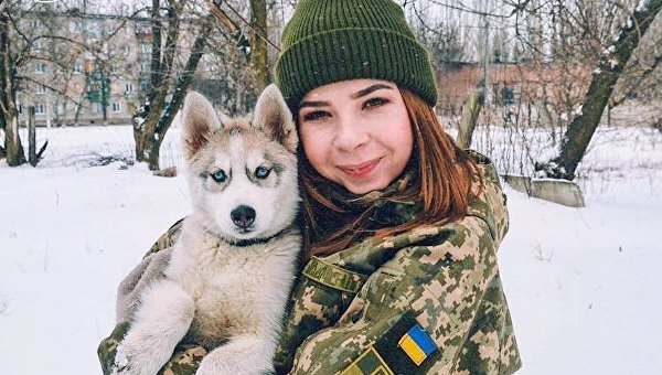 Петр Порошенко поздравил с 8 марта фотографией девушки в форме и собакой
