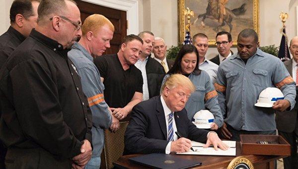 Трамп на церемонии подписания распоряжения о новых ввозных пошлинах на сталь и алюминий. Архивное фото