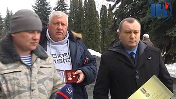В Тернополе волонтеры и добровольцы вернули Порошенко свои награды