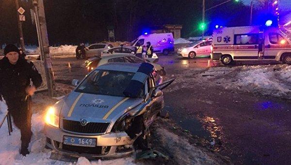 За одну ночь в Киеве и Ровно пострадали пять полицейских